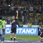 Video Peminat Berlari Masuk Padang Untuk Ucap Selamat Tinggal Kepada Zanetti