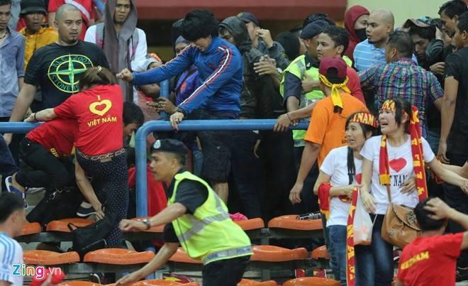 Gambar Pergaduhan Ketika Perlawanan Malaysia vs Vietnam 04